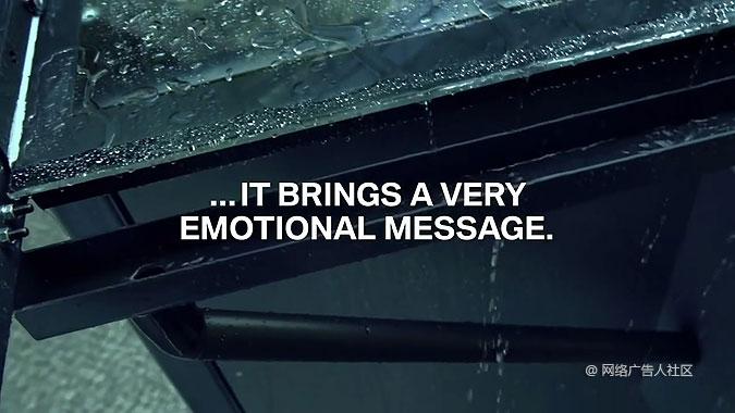 宝马敞篷车户外广告 下雨天就会哭的广告牌图片