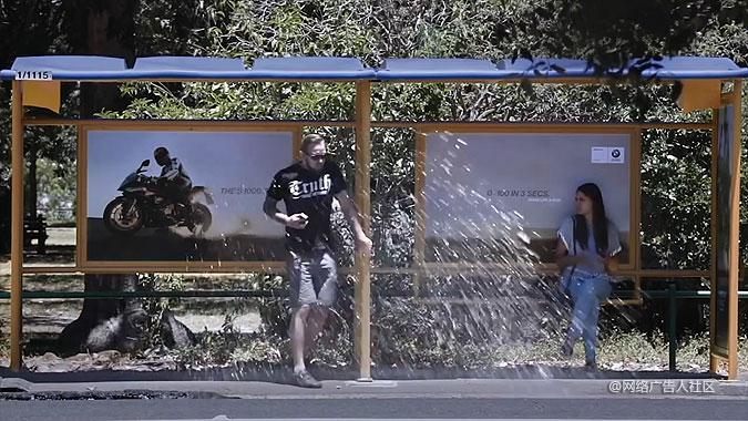 宝马公司在公交站广告牌旁挖了一个水坑图片